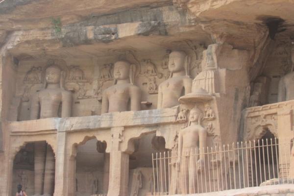 gwalior-statue-jainiste-nell-arenariag-6-fileminimizer7B229556-54DB-463A-EBF2-90696F10FFA3.jpg